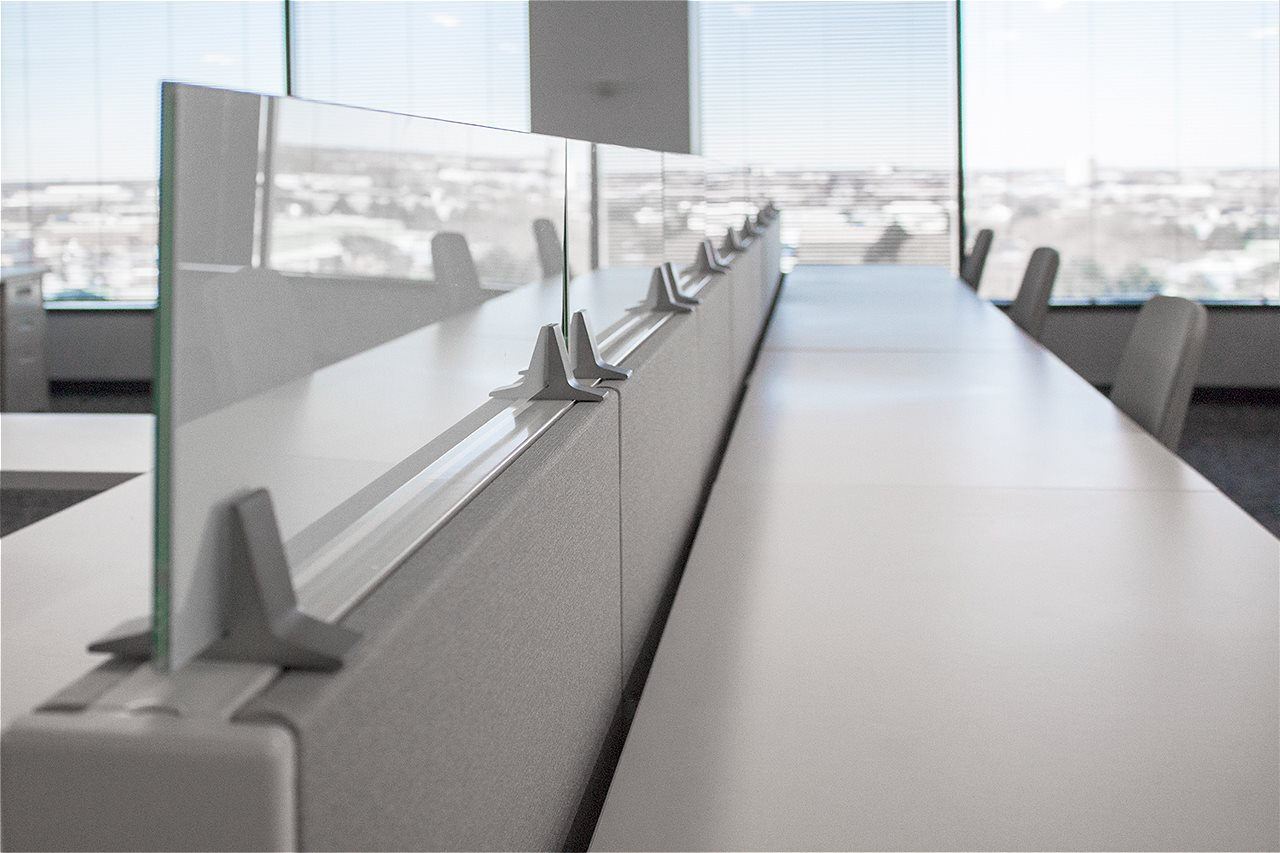 chicago-office-furniture-benching-glass-screen